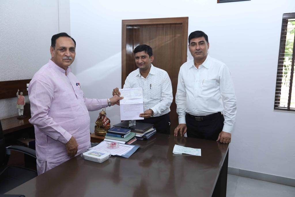 Bank's Custodian Shri P.S.Upadhyay and General Manager Shri V.M. Chaudhary have handed over a cheque of Rs.11 Lacs for